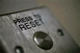 Aparelho eletrônico com um botão para resetar.