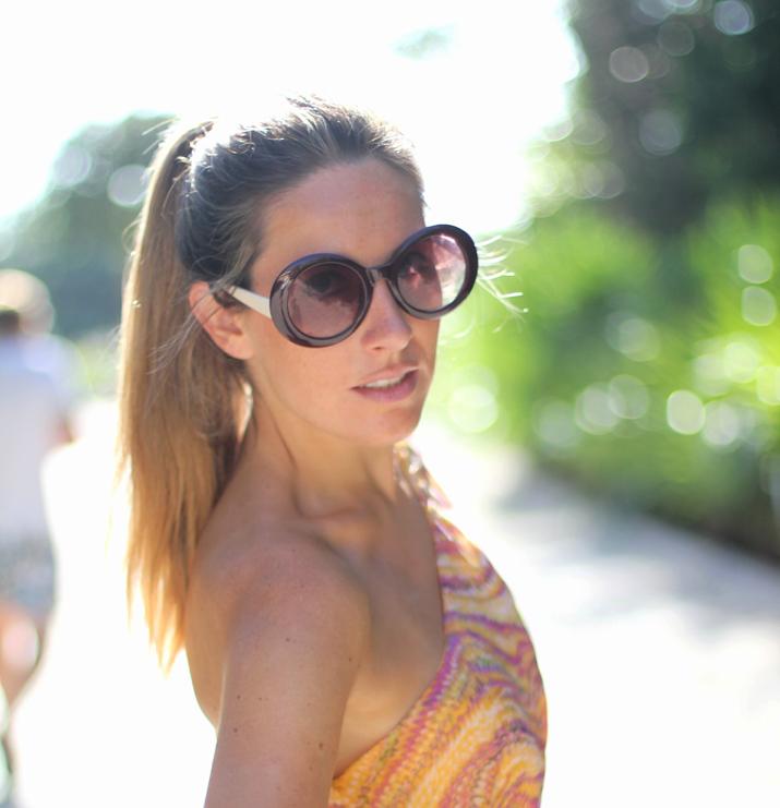 Blog de moda Mes Voyages à Paris. Foto de Mónica Sors con vestido asimétrico, gafas redondas y cola de caballo.
