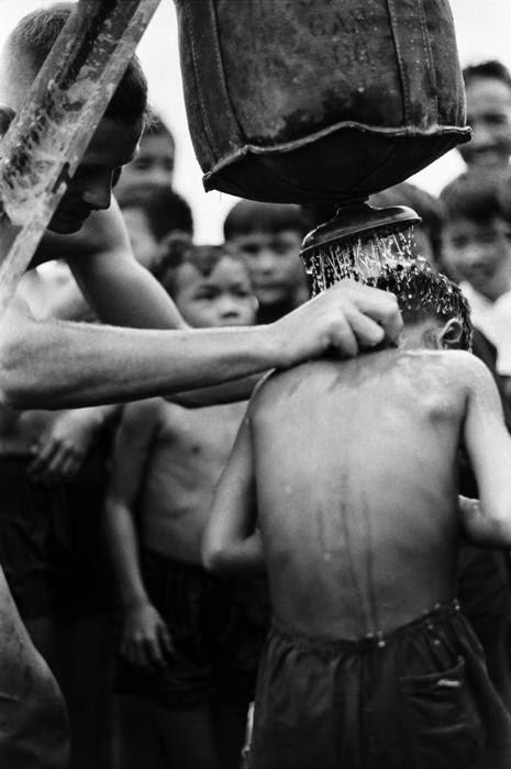 baño niños vietnamitas