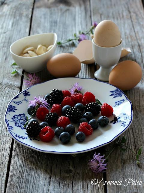 Uova Sode con Mandorle e Frutti di Bosco di Armonia Paleo