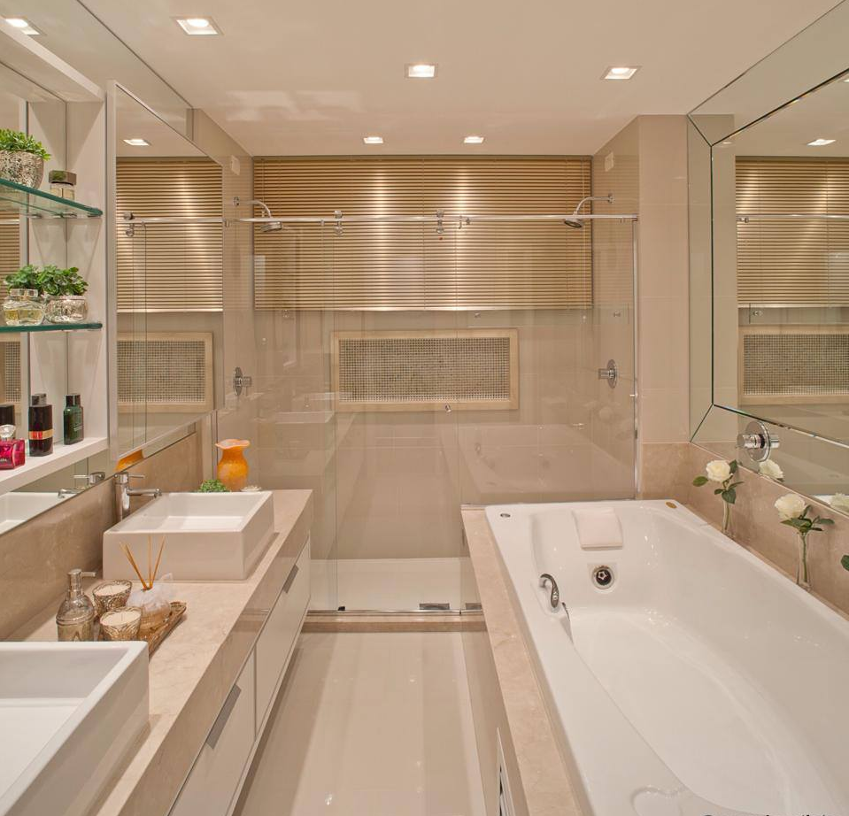 é revestido com mármore na bancada e banheira e pastilhas na parede