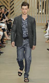 Homem de paletó e sandália - Louis Vuitton