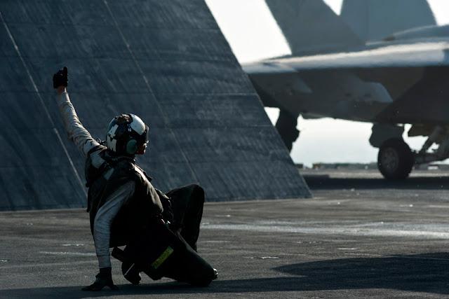 Porta-aviões (M570 - 43PM/2011)  U.S.-Navy-photo-by-Mass-Communication-Specialist-3rd-Class-Benjamin-Crossley5