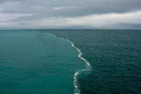 Pasti kagum Melihat Air Lautan Yang Terpisah Berbeda Warna dan Rasa Dan Tidak Pernah Mau Menyatu
