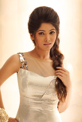 Gorgeous stylish actress muktha in saree & short dresses hot images