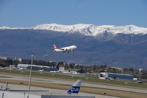 Η διάρκεια των απευθείας πτήσεων από το αεροδρόμιο της Αθήνας προς το αεροδρόμιο της Γενεύης είναι 2,5 ώρες.