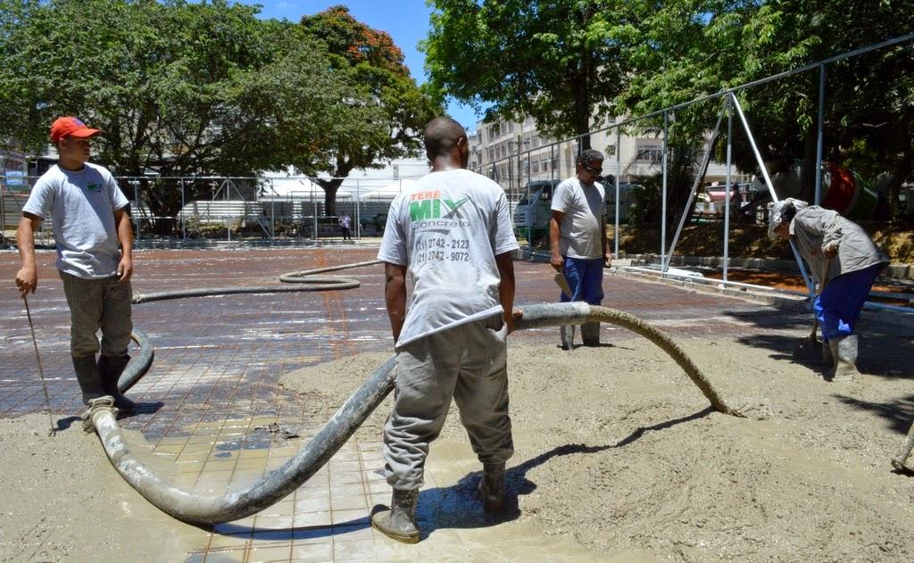 Piso intertravado está sendo instalado em diversas áreas da praça