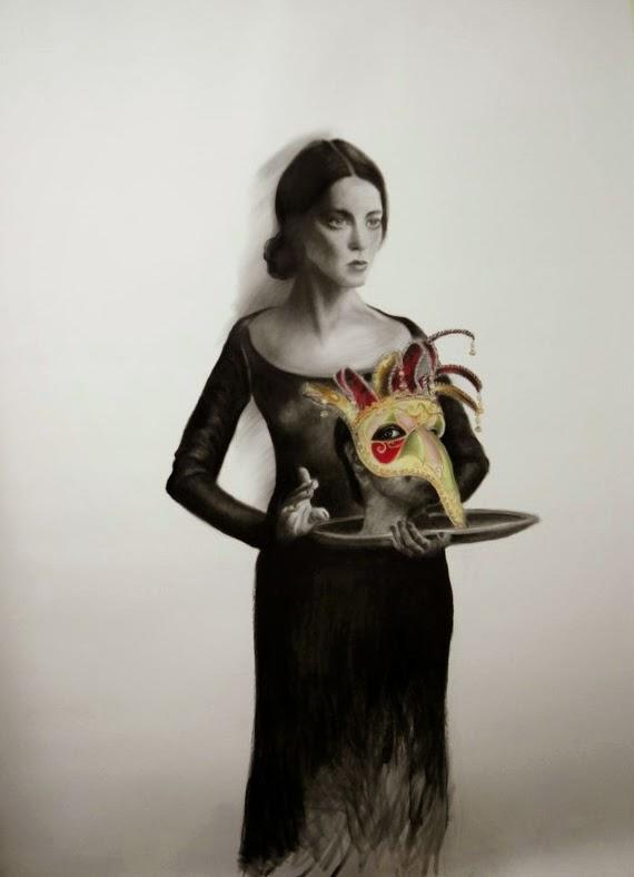Lina Vila dibujo retrato de una mujer con máscara de carnaval en una bandeja