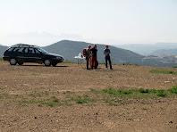 L'avituallament en el cim del Muntet, la Serra de Puig-de-Sants, al fons i al seu darrere; i a la dreta l'escombrera de la mina actual