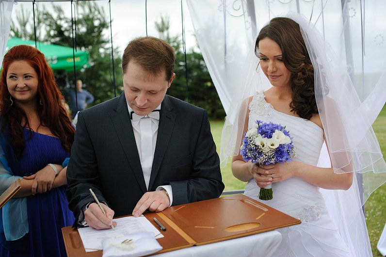 vestuvinė ceremonija lauke