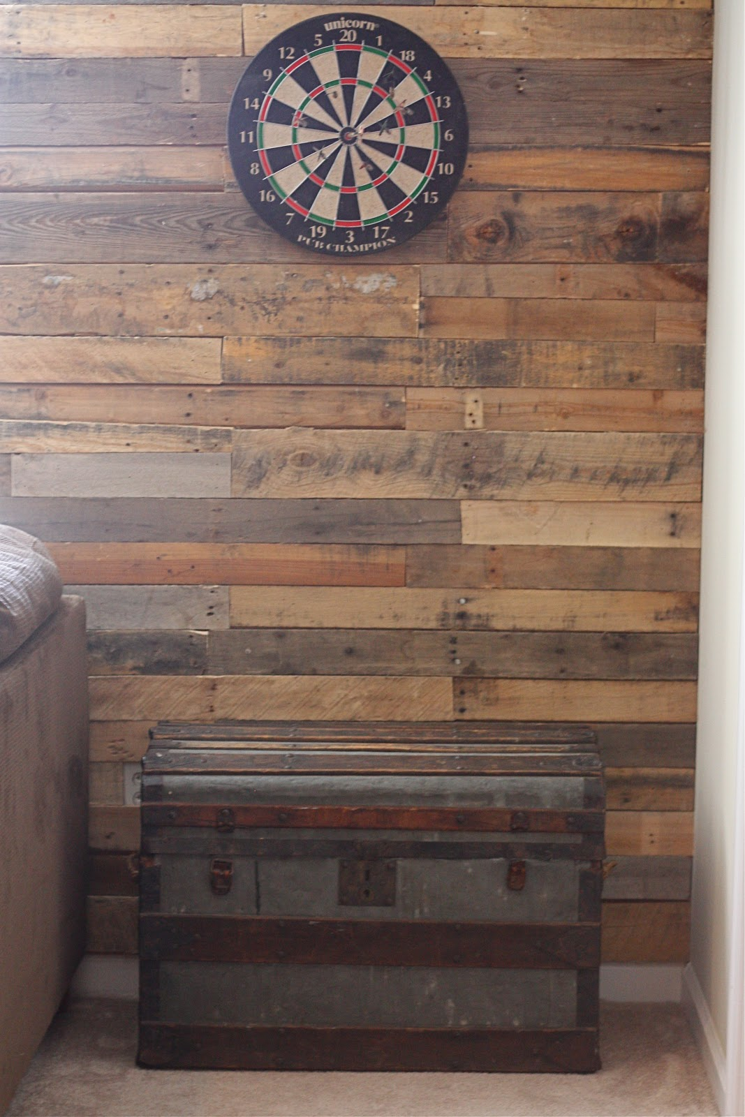 Honeysuckle pallet accent wall - Wooden pallet accent wall ...