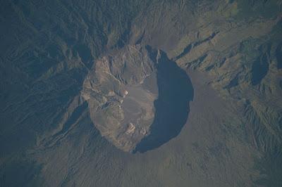 gunung tambora ketika terlihat di Iuar angkasa