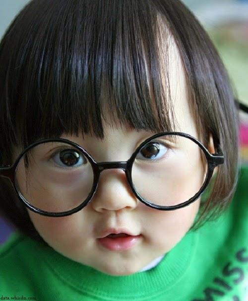 joli Bébé avec lunettes