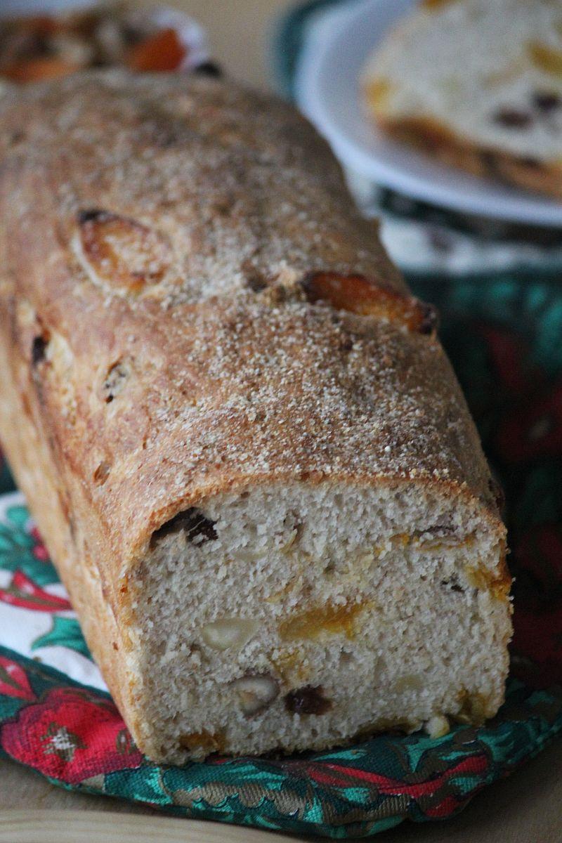 chleb z morelami, rodzynkami i orzechami