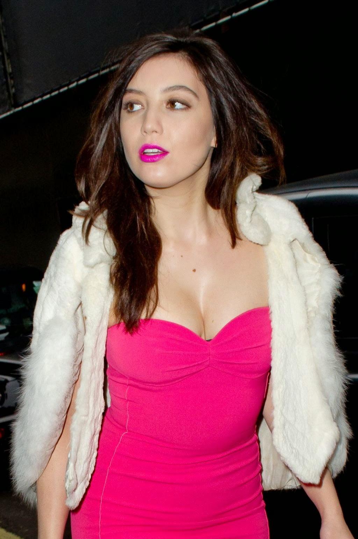 ديزي لوي في فستان وردي خلال حضورها حفل في لندن
