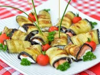 Roulé d'aubergine grillée au saumon fumé et yaourt