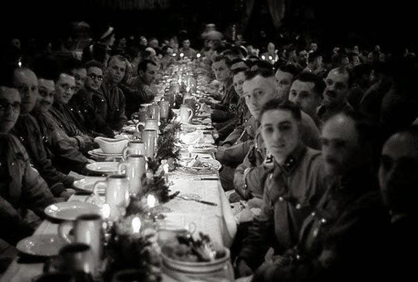 Офицеры Гитлера и курсанты, празднующие Рождество, 1941г.