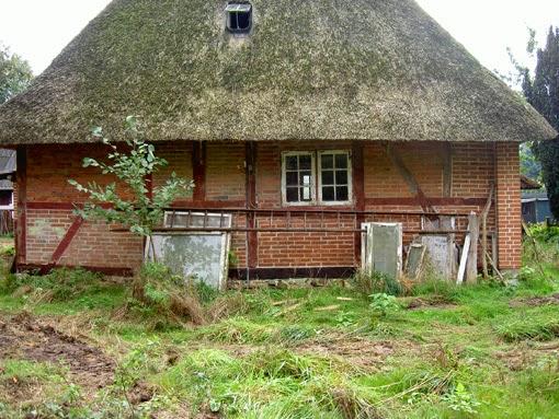 Das Dach der alten Reetdachkate ist vermost, die Fenster schlecht, das Fachwerk bröckelig