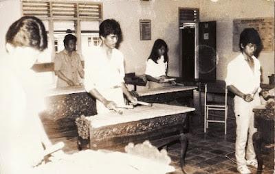 Seragam pejalar SMA era 70-an.