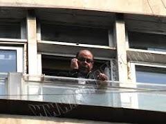 لقطة فريدة: أنس الفقي وزير الإعلام يراقب من نافذة مكتبه الحشود المليونية في ميدان التحرير