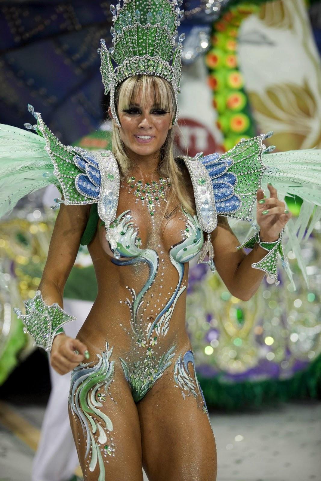 Gracyanne Barbosa posa de topless para revista da Mangueira
