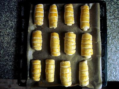 A tészták feltekerve, 20 percet pihennek, majd mehetnek a sütőbe, 150 fokon, 30 percig.