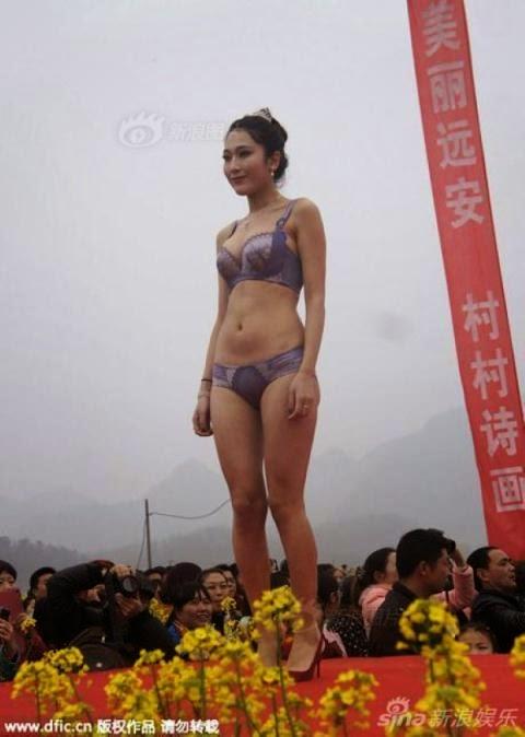 Khó đỡ với show diễn bikini phiên bản nông thôn