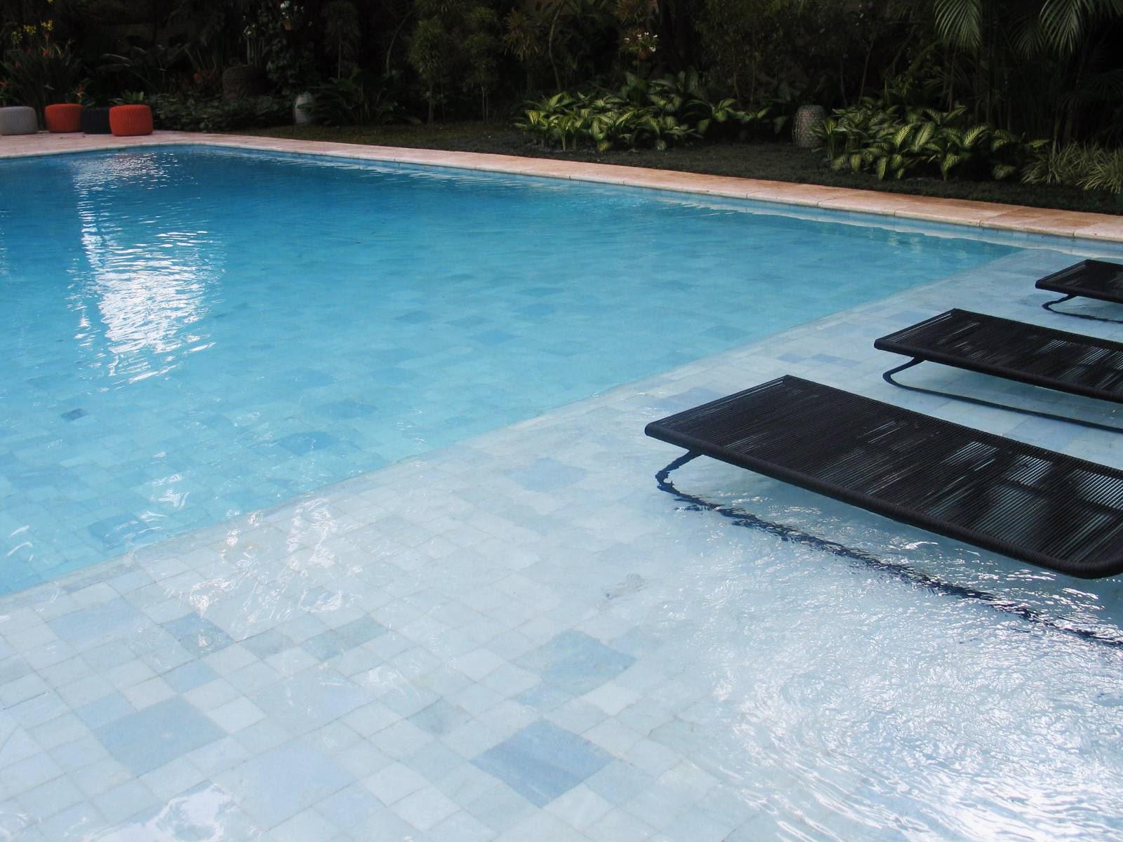 Piscina com revestimento branco - Agua de piscina verde ...