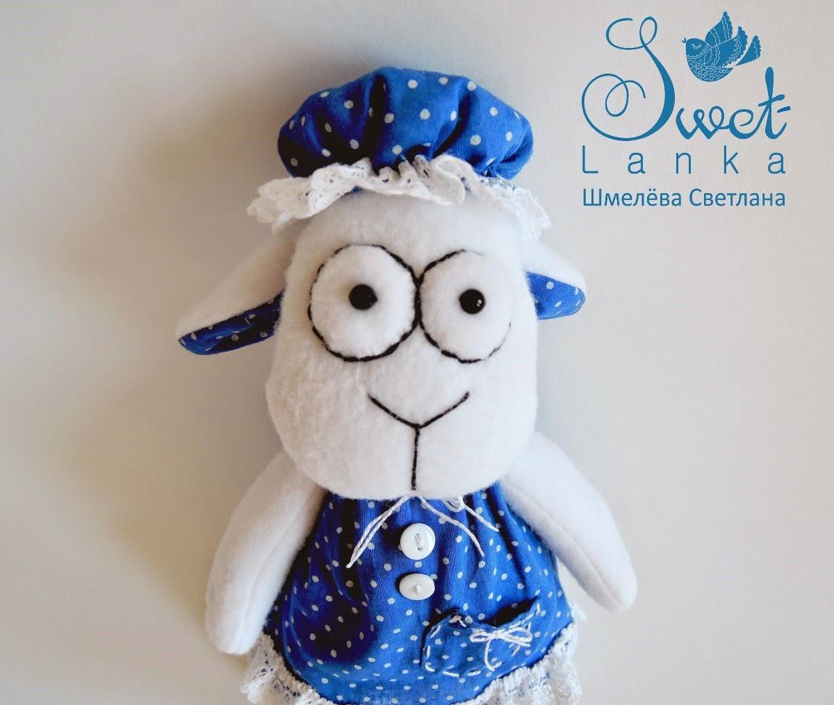 овечка в синем платье и в чепчике