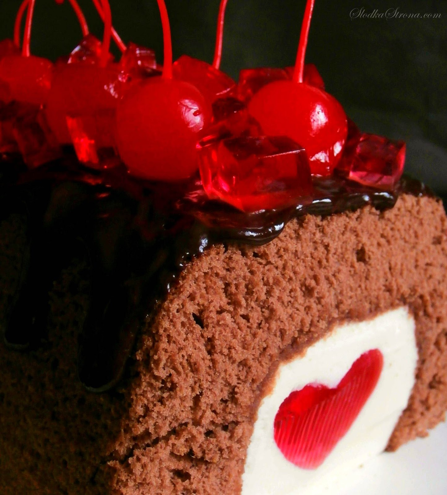 Walentynkowa Czekoladowa Rolada z Mascarpone i Serduszkową Galaretką - Przepis - Słodka Strona