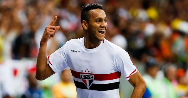 Souza mencetak Goal dari 30 yard ke sudut kiri atas gawang untuk Sao Paolo
