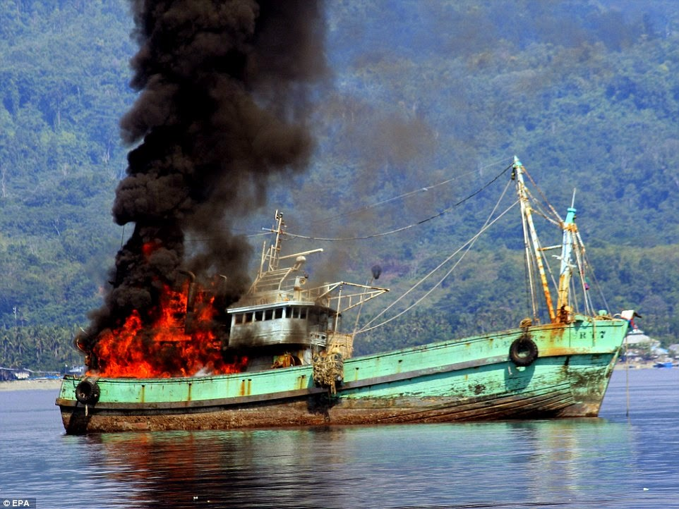 Gambar Tentera laut Indonesia meletupkan bot nelayan asing haram
