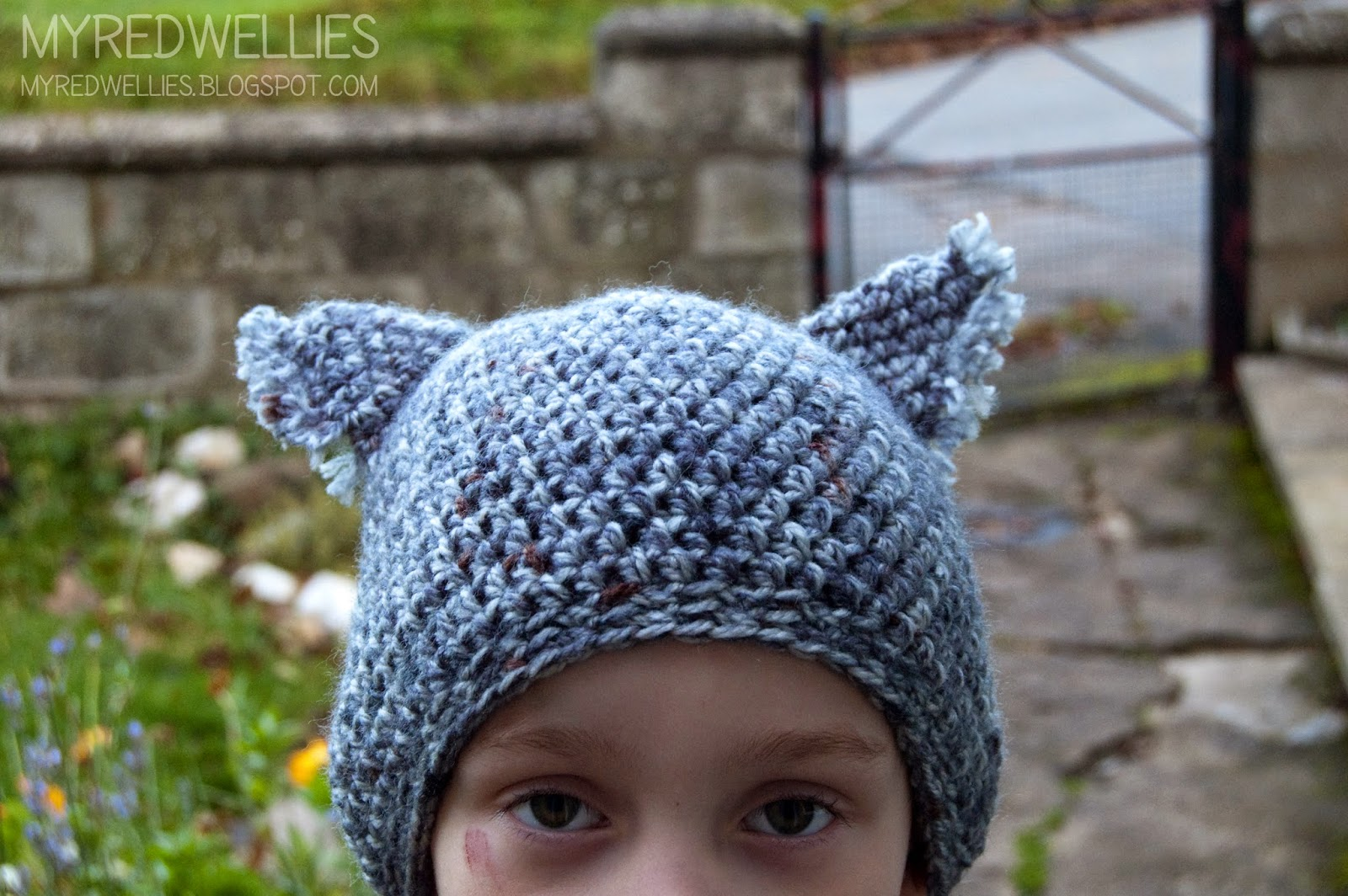 My Red Wellies: Wolf hat, simple yet cute. A free pattern