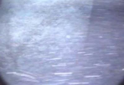 agua turbia es visible una pirámide gigante