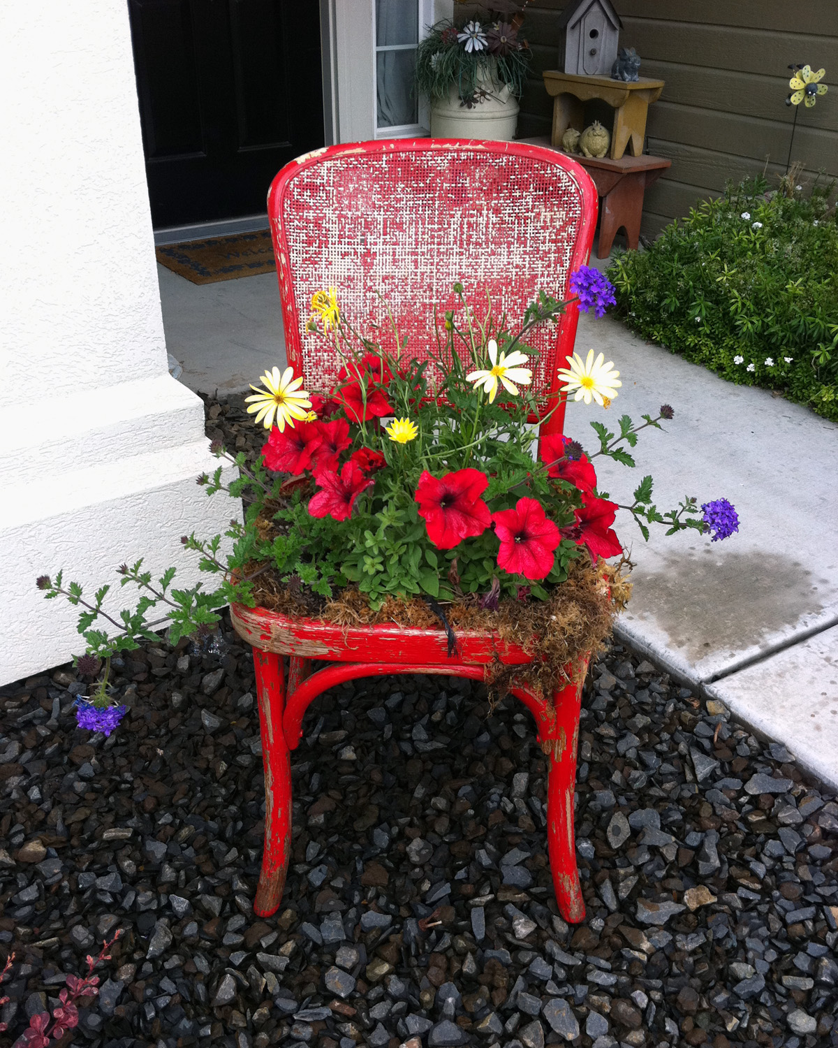 How to recycle garden decorations of recycled old chairs for Recycled decoration