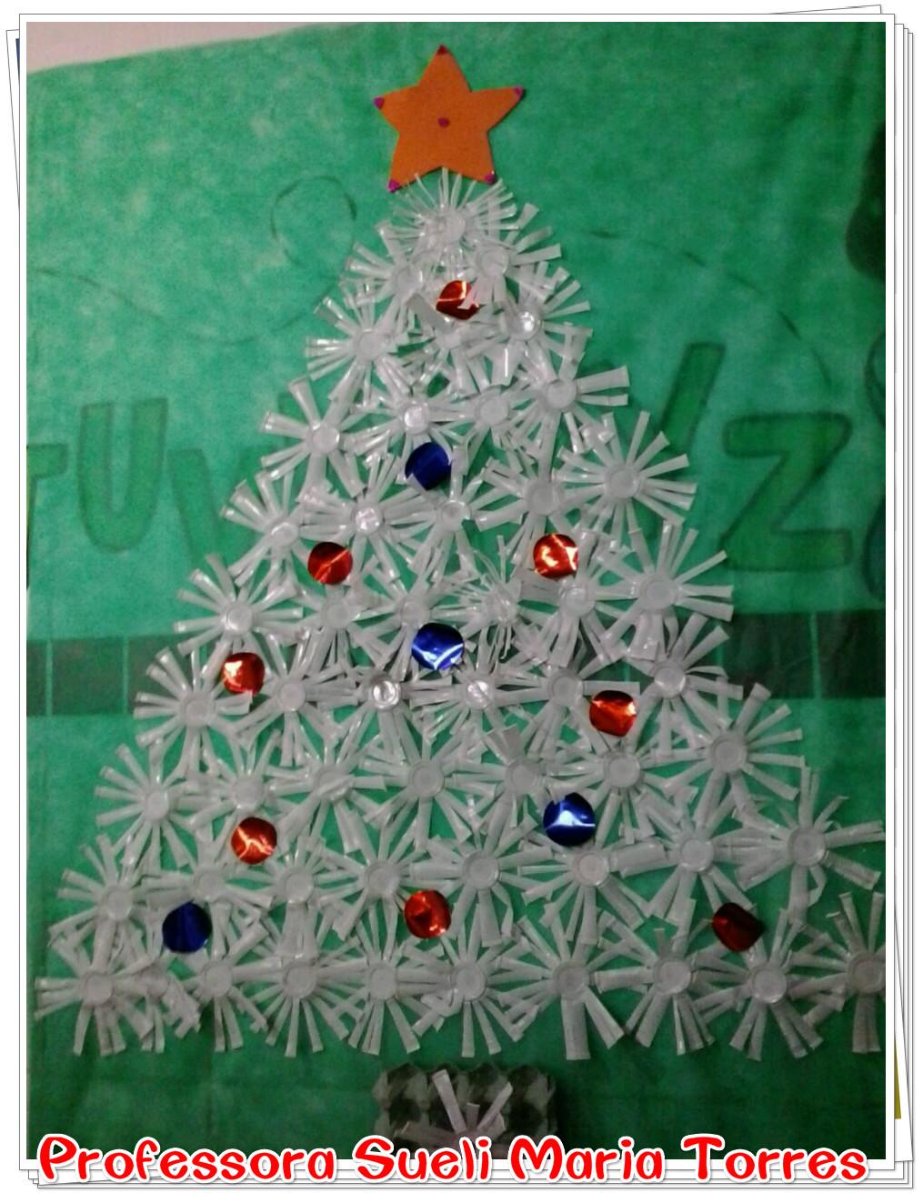 Painel rvore natalina de copos descart veis ideia for Mural sobre o natal