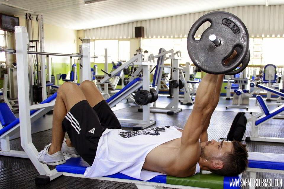 Tríceps testa - 3 séries de 12 repetições - 20 kg - Foto: Marcos Januário