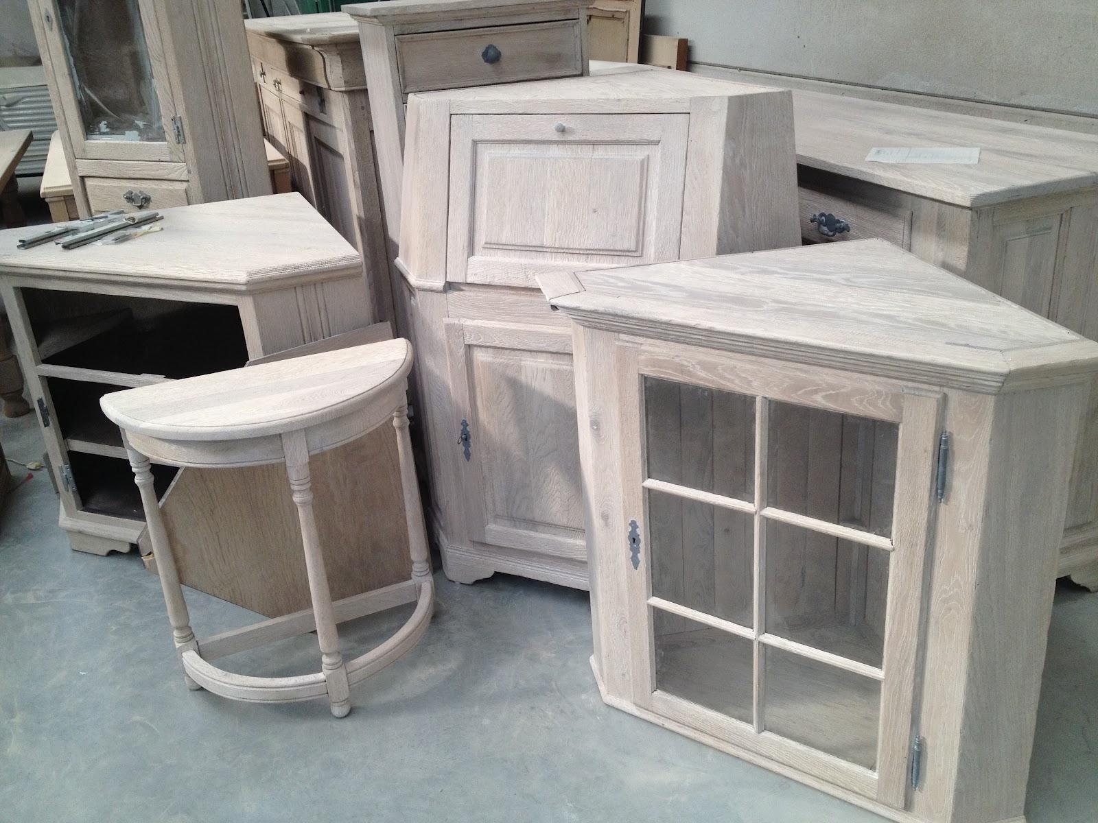 Meubelrenovatie wit beitsen van een eetplaats met vitrine for Houten meubels