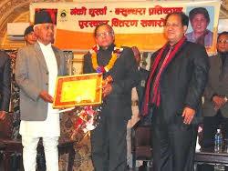 भ्रमरकें उपराष्ट्रपति हाथसँ गंकी धुस्वाँ बसुन्धरा पुरस्कार प्रदान