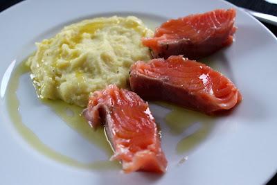 Lachs mit Basilikum-Ingwer-Gin-Beize, Kartoffelpüree mit Olivenöl