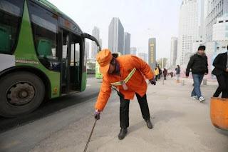 مليونيرة صينية تعمل كعاملة نظافة لتلقن أولادها درساً !!
