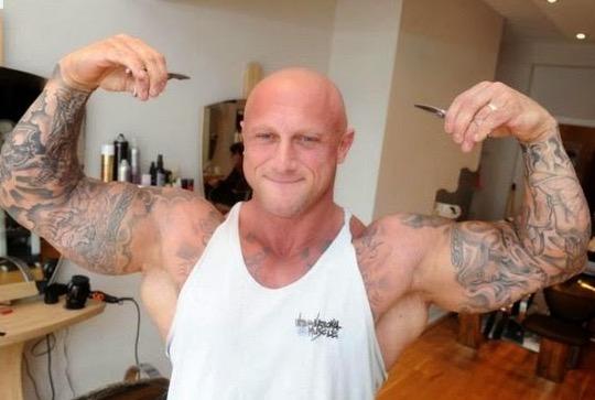 Jangan Terkejut Lihat Tukang Gunting Rambut Ini
