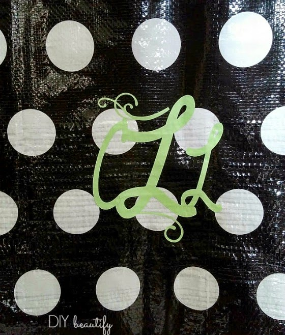 Adding a monogram to a dollar store bag www.diybeautify.com