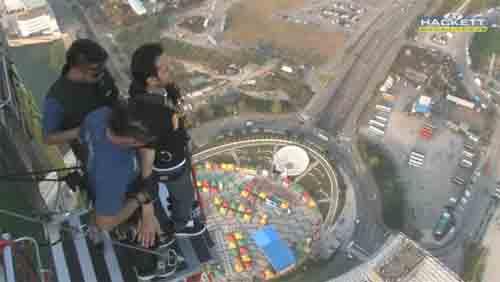 فيديو: مغامر سعودي يقفز من اعلي قمة برج مكاو