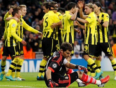 Casillas on the field after receiving the second goal of Borussia Dortmund