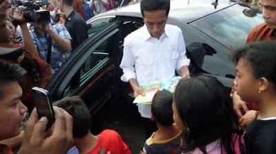 Jokowi membagi-bagi sembako dan alat tulis