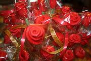 Una fiesta muy muy entrañable. La ciudad se llena de paradas de rosas y . (rosas de sant jordi)