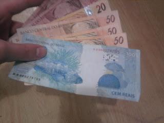 Mão segurando Espiral de Dinheiro