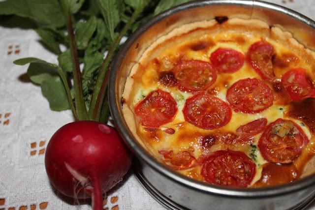 Torta rustica con broccoli, formaggio e pomodori