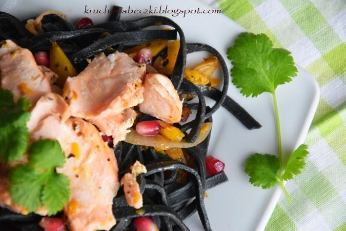 Czarny makaron z łososiem i granatem